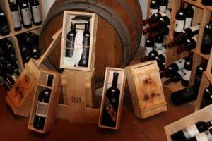 Interno enoteca Osenna Wine: vino di pregio con scatole in legno.