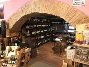 Osenna Wine: vista locali cantinaosenna.com, centinaia di etichette e bottiglie di vino pregiato.
