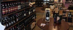 Osenna Wine: vista cantina Osenna negozio fisico con il suo sterminato numero di bottiglie di vino