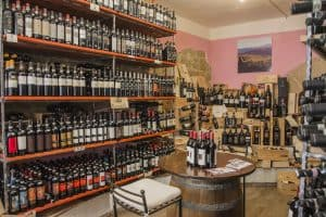 Veduta cantina osenna interni con centinaia di bottiglie di vino di pregio.