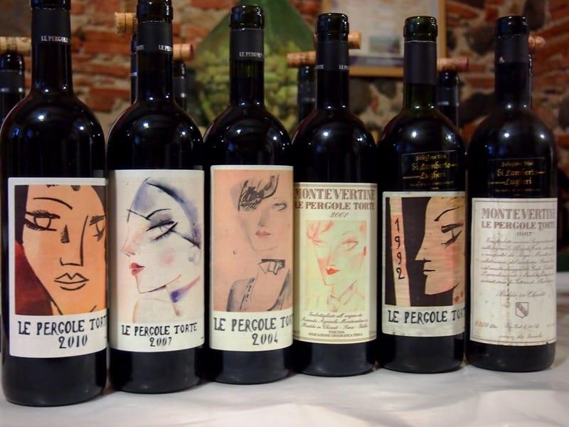 Pergole torte verticale di gusto e profumi: Una selezione di bottiglie di varie annate con le diverse etichette create per l'occasione.